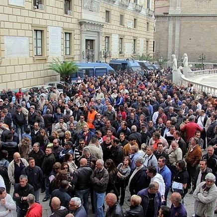 Palermo, è caos tra cortei, scioperi e rifiuti